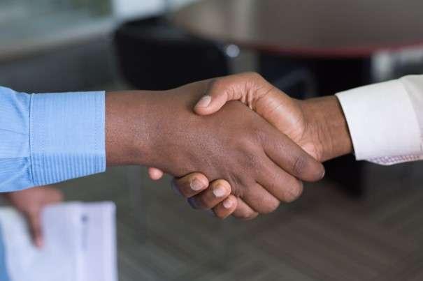 Handschlag zweier Parteien