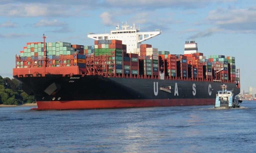 EIn Containerschiff exportiert Ware.